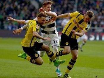 Schmelzer e Bender, do Dortmund, disputam com Hahn, do Mönchengladbach