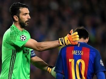 O goleiro Buffon consola Messi durante a partida no Camp Nou