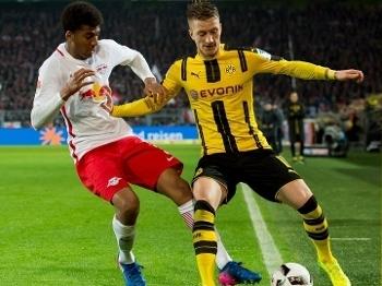 Bernardo marca Reus durante partida do RB Leipzig contra o Borussia Dortmund