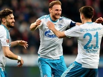 Höwedes comemora após marcar contra o Bayer Leverkusen