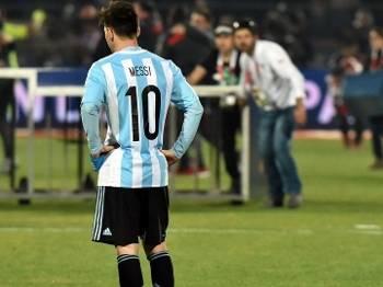 Messi observa comemoração chilena e organizadores montando o palco da festa