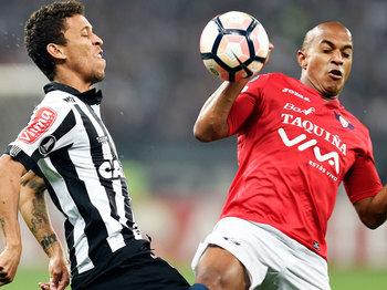 Serginho disputa lance com Marcos Rocha