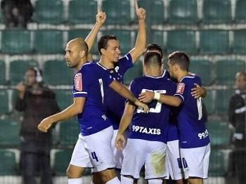 1c6e0d5bf6 Cruzeiro comemora o gol diante do Figueirense