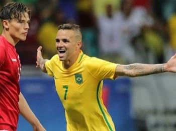 Luan comemora um dos seus gols na partida