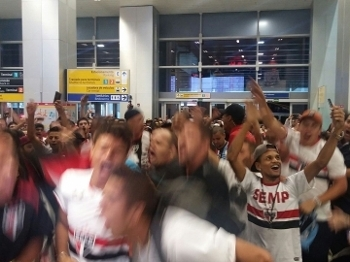 Torcida do São Paulo faz festa para a chegada de Lugano, que volta ao São Paulo