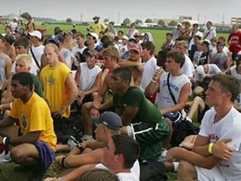 Russell Wilson (de verde) no camp comandado por Peyton Manning há alguns  anos ac469d217b52e