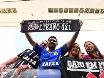 Torcedor do Corinthians exibe faixa do '6x1' antes de clássico contra o São Paulo