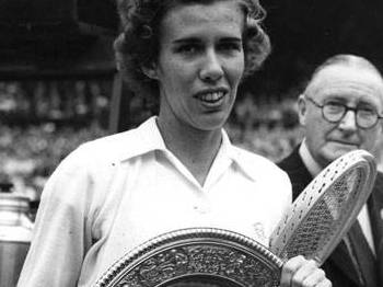 Doris Hart e uma das taças em Wimbledon no ano de 1951