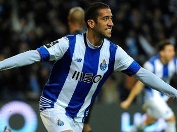 Evandro faz o gol da vitória, e Porto segue na briga pelo título português