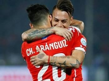 Eduardo Vargas comemora o primeiro gol chileno diante dos peruanos