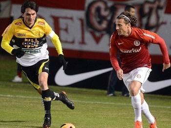 Matheus Ferraz Criciuma Forlan Internacional Futebol Campeonato Brasileiro Gazeta Press