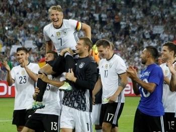 Schweinsteiger foi carregado após sua última partida pela seleção 41e31d915a319
