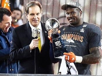 Von Miller Trofeu MVP Super Bowl 50 Denver Broncos 07/02/2016