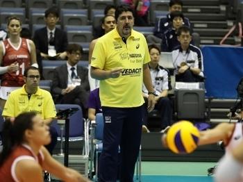 O tecnico Luzomar, durante a partida