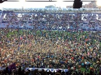 Torcida do Levante invadiu o gramado do Ciudad de Valencia para celebrar o acesso