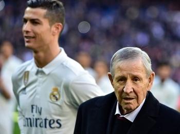 Raymond Kopa em janeiro deste ano na homenagem a Cristiano Ronaldo como melhor do mundo