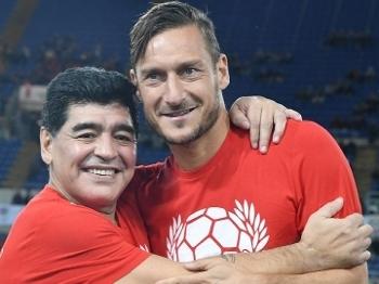 Maradona e Totti durante partida beneficente em março de 2016
