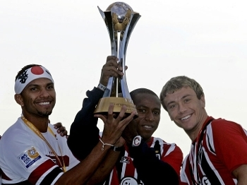 Mineiro com a taça do Mundial de Clubes, em 2005