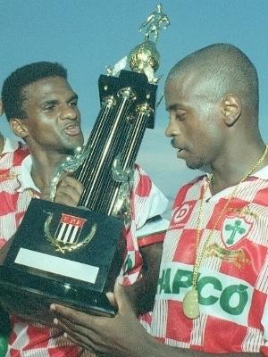 Tico ao lado de Capitão (esq.) com a taça do Torneio Início de 1996