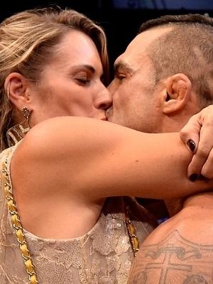 Joana beija o marido Vitor após vitória em São Paulo