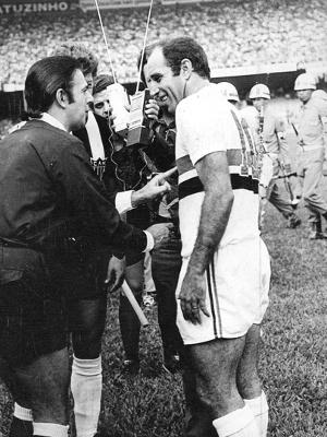 Gerson dá entrevista antes da partida com o Atlético-MG, em 1971