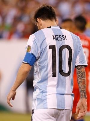 Messi, cabisbaixo após pênalti perdido