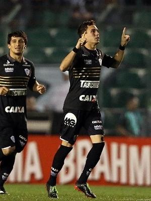 Caio comemorando gol pelo Figueirense