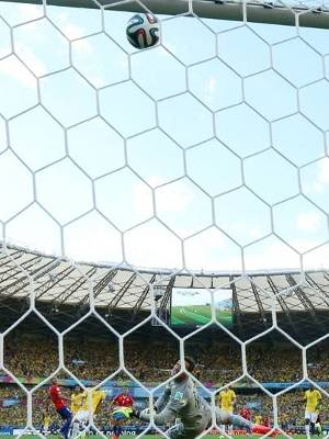 A bola no travessão de Pinilla contra o Brasil em 2014