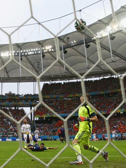 Cabeçada de Van Persie encobriu Iker Casillas