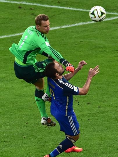 Neuer tromba forte com Higuaín na entrada da área