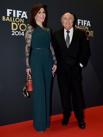 Joseph Blatter desfila com Linda Barras no tapete vermelho do Bola de Ouro