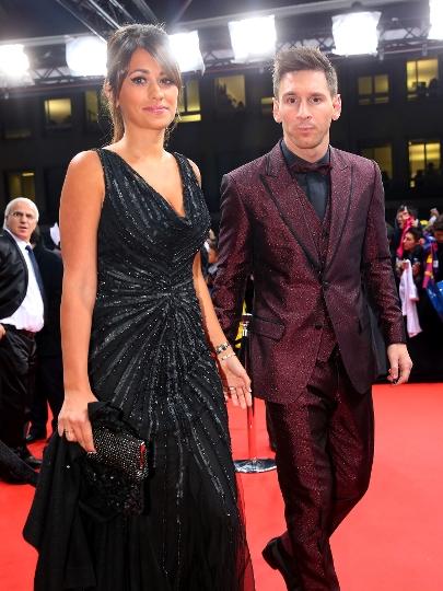 Estiloso, Messi chega para a premiação com sua esposa, Antonella Roccuzzo