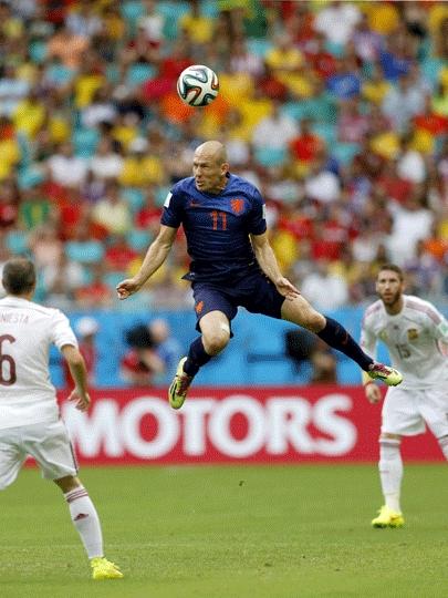 Robben 'voa' no primeiro tempo de Espanha x Holanda