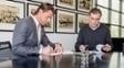 Roman Weidenfeller (à esq.) assinou novo contrato com o Borussia Dortmund