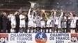 Juninho Pernambucano, um dos maiores ídolos da história do Lyon, levanta a taça de campeão