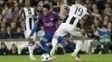 Neymar dribla Bonucci, sob olhares de Cuadrado, em Barcelona x Juventus na Champions