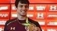 Rodrigo Caio exibindo a medalha de ouro olímpica conquistada na Rio 2016