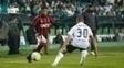 Léo, do Atlético-PR, encara a marcação de Carlinhos no clássico contra o Coritiba