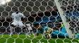 Câmera mostra desespero de Valladares para tentar salvar bola no segundo gol de Benzema