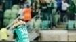 Felipe Melo abraça Willian e torcida do Palmeiras provoca o Flamengo