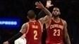 Kyrie Irving e LeBron James se cumprimentam durante vitória dos Cavs sobre os Lakers