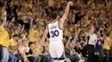 Stephen Curry celebra uma cesta de três durante vitória dos Warriors sobre os Blazers