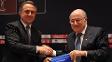 Vitaly Mutko, ministro dos Esportes da Rússia, cumprimenta Joseph Blatter, presidente da Fifa