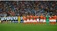 Jogadores no meio de campo para o um minuto de silêncio em homenagem a Alfredo Di Stéfano