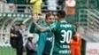 Cuca comemora com Leandro Pereira o primeiro gol do jogo