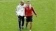 Rafinha é abraçado por Guardiola em treino no Bayern