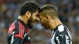 O zagueirão Wallace, do Flamengo, e o atacante Carlos, do Atlético-MG: clima quente na semi da Copa do Brasil