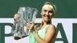 Elena Vesnina com o troféu do Indian Wells