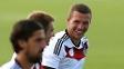 Podolski, em atividade da Alemanha na Bahia