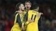 Özil é abraçado pelos companheiros após marcar para o Arnsenal contra o Middlesbrough